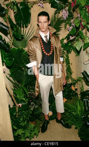 28d144bab6ef Kenzo Paris Printemps Été Vêtements pour homme cheveux foncé Modèle face  off porter chemise et cravate