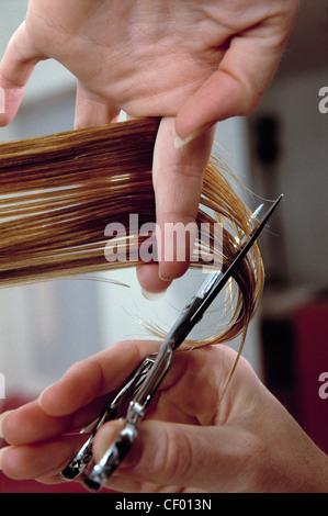 Chez le coiffeur, Femme, Homme & Garçon Coiffure, Londres Avant et après les avoir fait couper les cheveux au salon Banque D'Images