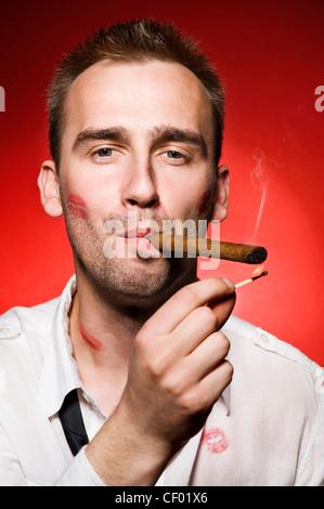 Portrait de jeune homme confiant smoking cigar Banque D'Images