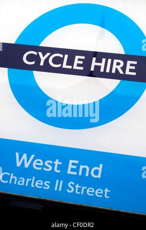 Détail d'une location de vélo signer dans le West End de Londres, Angleterre, RU Banque D'Images