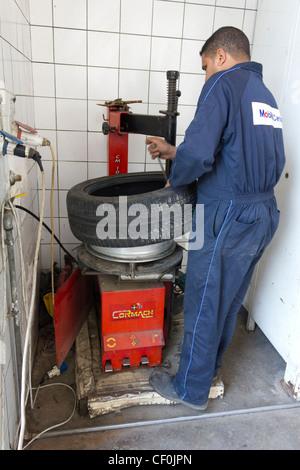Raccord mécanique sur Roue, pneu neuf garage Mobile, Maadi, Le Caire, Egypte Banque D'Images