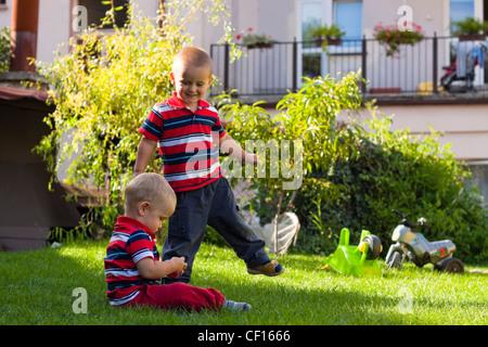 Portrait de deux petits frères jouent à l'extérieur Banque D'Images