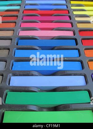Nouveaux pastels chalk inutilisés dans une boîte Banque D'Images