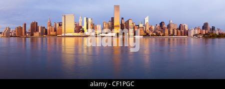 Skyline de Manhattan vu de l'East River, New York, États-Unis d'Amérique Banque D'Images