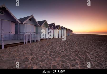 Au cours de l'aube de nouvelles cabines de plage sur l'île de Mersea. Banque D'Images