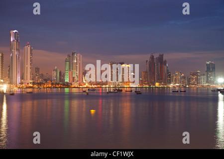 Des toits de la ville de Panama au cours de l'heure bleue, Panama, Amérique Centrale Banque D'Images