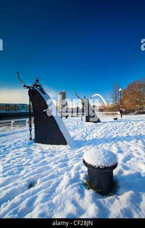 Vue sur le réaménagement de Quayside Clyde salon recouvert de neige vers Glasgow Clyde Arc, plus communément connu sous le nom de la S