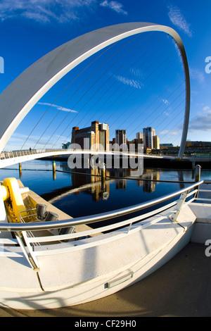Le Gateshead Millennium Bridge et Baltic Gallery sur la rivière Tyne Newcastle Quayside. Banque D'Images