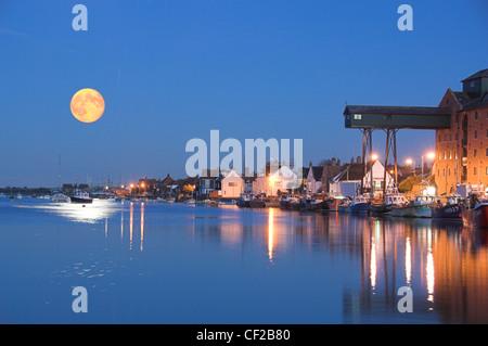 Une grande lune sur le port au-Wells-Next The-Sea.