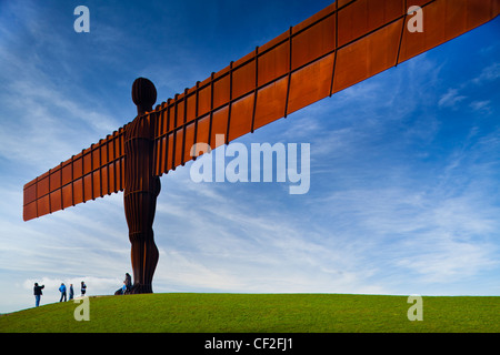 Les touristes permanent, sous l'Ange de l'emblématique statue nord par Antony Gormley. L 'ange', construit sur une Banque D'Images