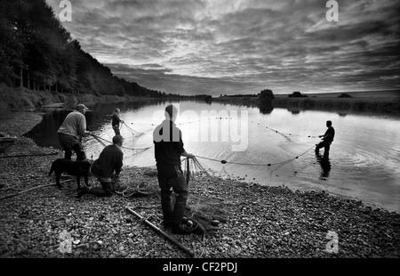 Les pêcheurs traditionnels de la pêche sur la rivière Tweed à Paxton House sur la frontière écossaise. Banque D'Images