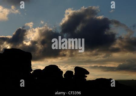 Silhouette d'Combestone Tor à Dartmoor dans le Devon. Banque D'Images