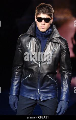 Vêtements pour homme Versace Milan UN W Brunette portant un mâle ombre  effet veste en cuir 6ab170b14b4