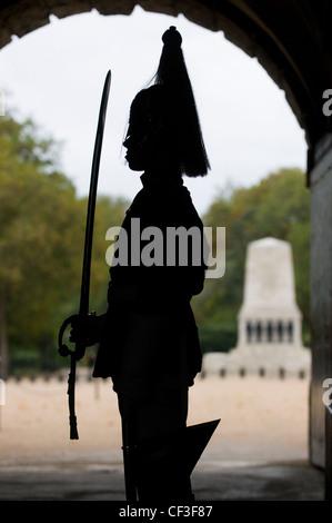 Silhouette d'un soldat de la cavalerie de famille de garde à Horse Guards dans Whitehall. Banque D'Images
