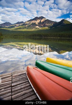 Trois canots sur dock à Pyramid Lake, Jasper National Park, Alberta, Canada. Banque D'Images