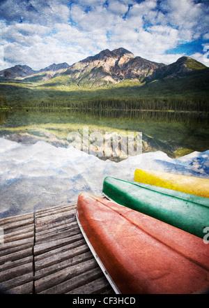 Trois canots sur dock à Pyramid Lake, Jasper National Park, Alberta, Canada (texture de recouvrement). Banque D'Images