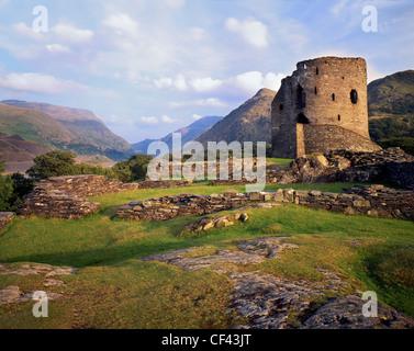 Les ruines de château de Dolbadarn, construit par les Princes de Gwynedd au 13ème siècle, au pied de Snowdon. Banque D'Images