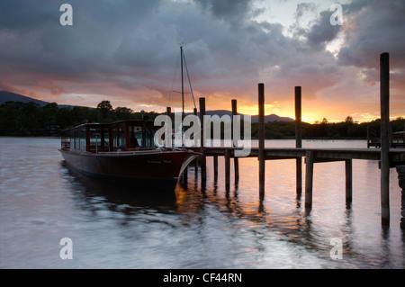 Derwentwater embarcadères au coucher du soleil. Banque D'Images