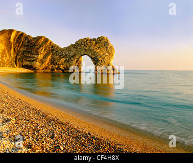 Durdle Door, un calcaire naturel de Lulworth Cove, près de passage de la partie de la côte jurassique de l'UNESCO. Banque D'Images