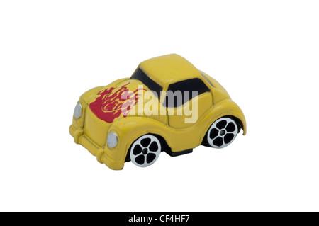 Petite voiture jouet sur fond isolé Banque D'Images