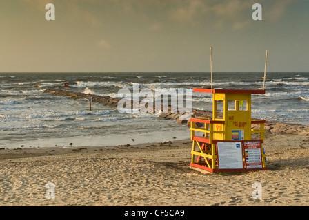 Station de secouriste sur la plage du golfe du Mexique, jetée, lever du soleil, Seawall Boulevard, Galveston, Texas, États-Unis