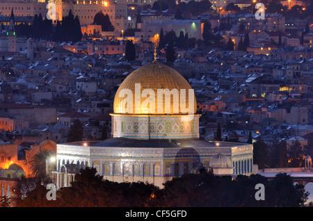 Dôme du rocher le long de la ligne des toits de la vieille ville de Jérusalem, Israël. Banque D'Images