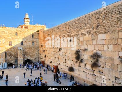 Les foules au Mur occidental dans la vieille ville de Jérusalem, Israël. Banque D'Images
