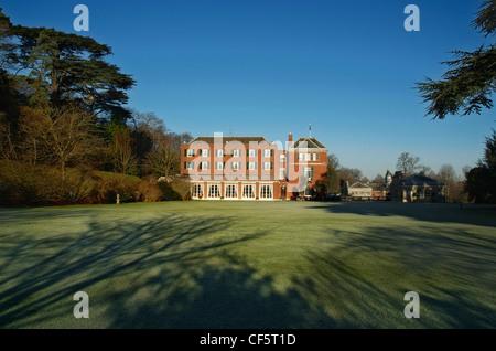 Vue sur la pelouse de Woodcote Cedar Park, l'un des deux pavillons appartenant à la Royal Automobile Club, un c Banque D'Images