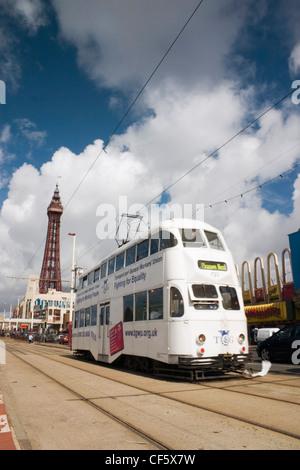 En Tramway le long d'un front de mer sur une journée ensoleillée à Blackpool. La ville est estimé à obtenir son Banque D'Images