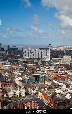 Vue aérienne sur la ville en direction de l'estuaire de la Mersey, avec le Radio City Tower (St. John's Beacon). Banque D'Images