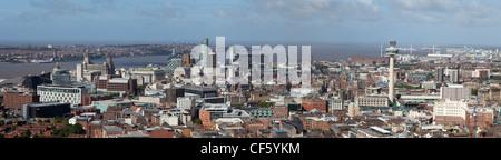 Une vue panoramique sur la ville en direction de l'estuaire de la Mersey, avec l'éminent et monuments célèbres et Banque D'Images
