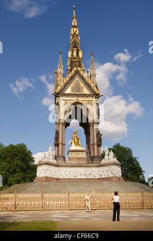 Un comité permanent de tourisme pour une photo en face de l'Albert Memorial dans Hyde Park. Banque D'Images