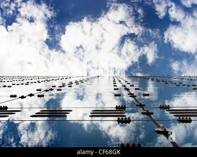 Réflexions des nuages sur l'Urbis Centre à Manchester. Banque D'Images