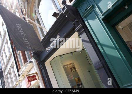 Une bannière à l'extérieur de l'avant de la maison d'enchères Bonhams à New Oxford Street.