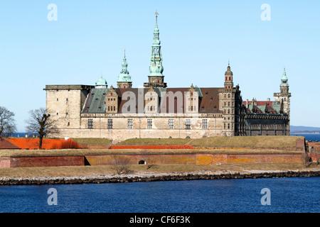 Le château renaissance de Kronborg à Elseneur (Helsingør, Danemark), vu depuis le pont Oresund (le son) sur un jour de printemps ensoleillé.