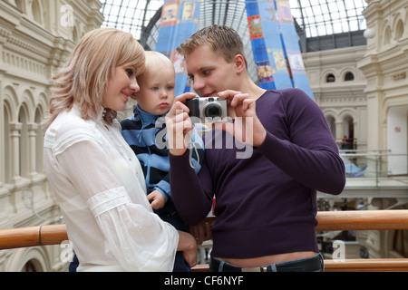 Montre Homme avec bébé fille photo avec appareil photo numérique. Banque D'Images