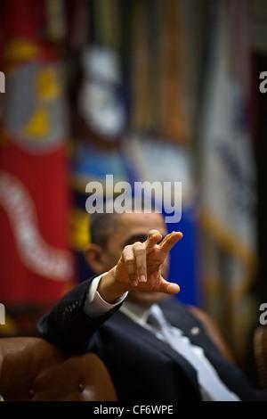 Les gestes du président américain Barack Obama lors d'une réunion de la politique budgétaire dans la Roosevelt Room Banque D'Images