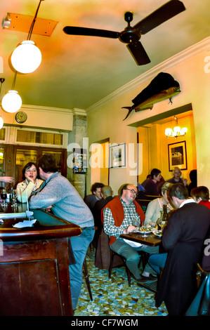 PARIS, France - Les gens le partage des repas et des boissons à l'intérieur d'un Bistro Français local, bar à vins Banque D'Images