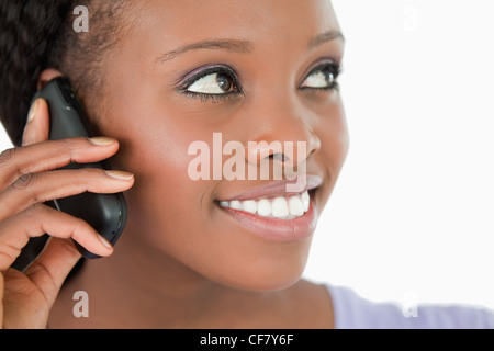 Close up of woman listening to caller sur fond blanc