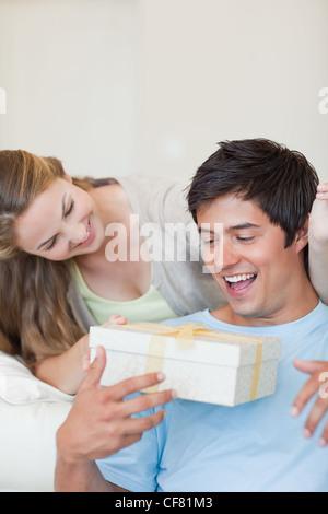 Portrait d'une jeune femme offrant un présent Banque D'Images
