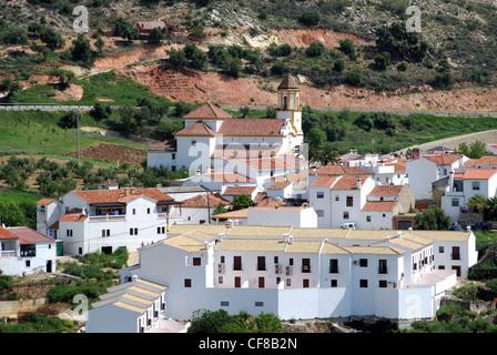 Vue de la ville et de l'église, Pueblo Blanco, Atajate, Costa del Sol, la province de Malaga, Andalousie, Espagne, Banque D'Images