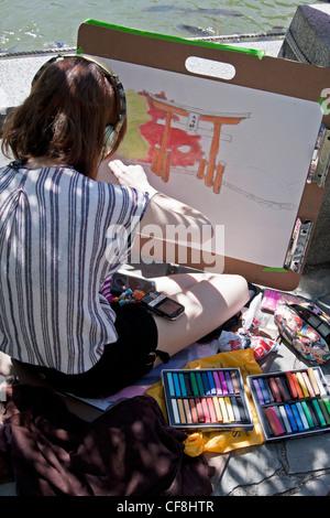 Un artiste travaille avec des pastels dans le Jardin botanique de Brooklyn. Banque D'Images
