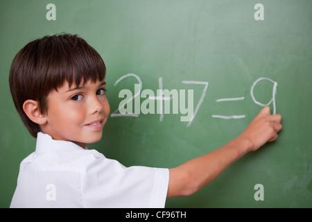 Outre l'écriture d'un écolier heureux Banque D'Images