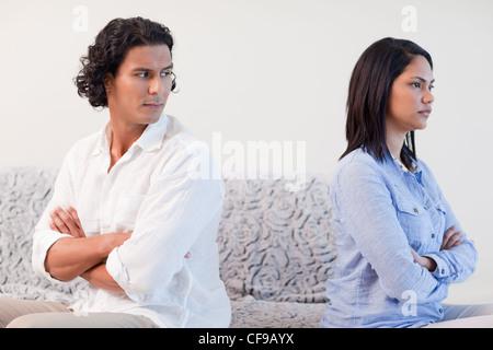 Couple having a combattre dans le salon Banque D'Images