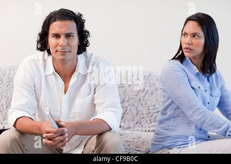 Couple ayant un différend dans le salon Banque D'Images