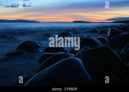 Une longue exposition photo de le coucher du soleil sur l'océan atlantique et le long de falaises de disparaître Banque D'Images