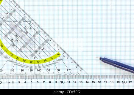 Still Life photo de papier graphique d'ingénierie avec une fine 0,1 mm stylo avec règle et d'un rapporteur Banque D'Images