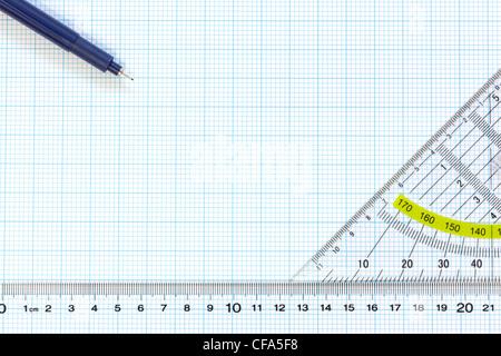 Still Life photo de papier graphique d'ingénierie d'une fine plume 0.1mm, rapporteur et d'une règle Banque D'Images