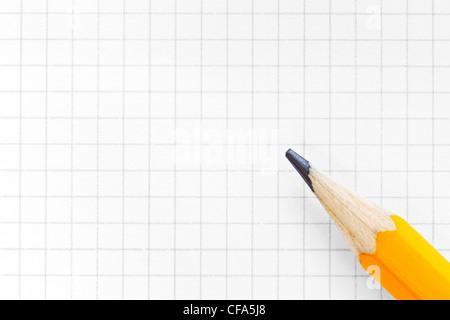 Photo de carré blanc papier millimétré avec un crayon jaune, ajouter votre propre texte ou schéma. Banque D'Images