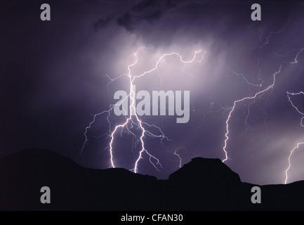 Orage de nuit au-dessus de la butte du château, Big Muddy Badlands, Saskatchewan, Canada Banque D'Images